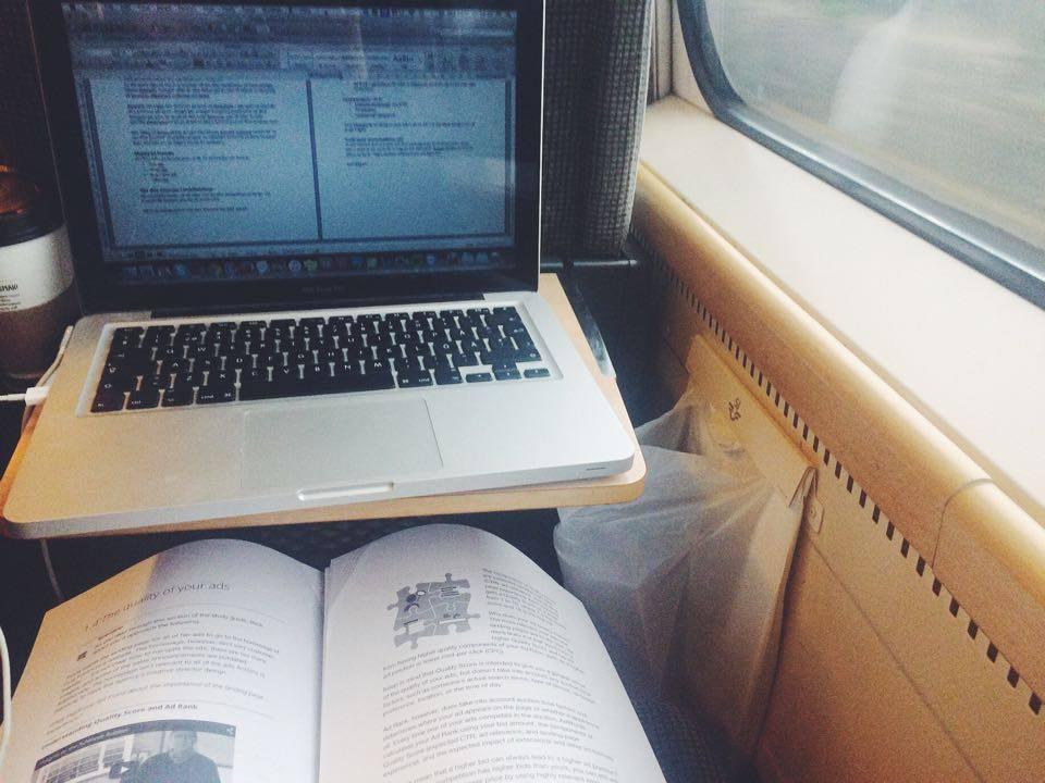 Pluggar inför AdWords-certiferingen på tåget ner mot Varbergs Kusthotell